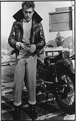 James_Dean_outside_Schwabs_Drugstore_Hollywood_May_1955.jpg