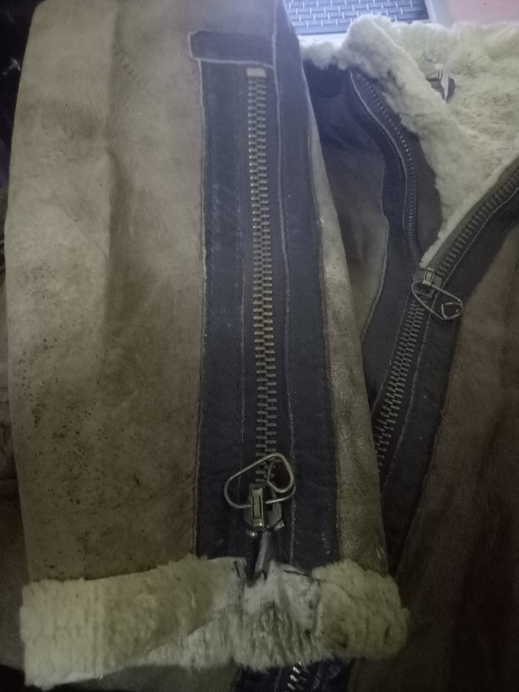 Zipper on sleeves